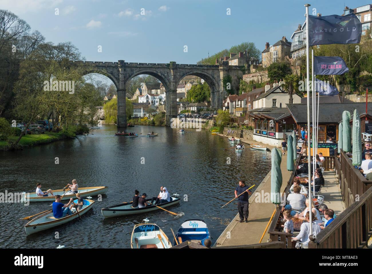 Blue sky & persone rilassante da ponte a riverside cafe & barca a remi sul fiume Nidd - scenic soleggiata giornata estiva, Knaresborough, Inghilterra, Regno Unito. Immagini Stock