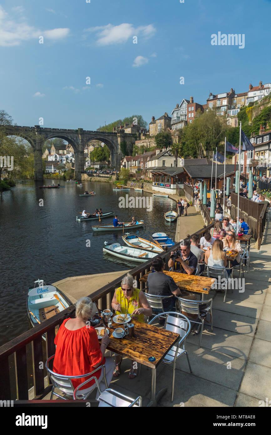 Blue sky & persone mangiare al Riverside cafe & barca a remi sul fiume Nidd da bridge - scenic soleggiata giornata estiva, Knaresborough, Inghilterra, Regno Unito. Immagini Stock