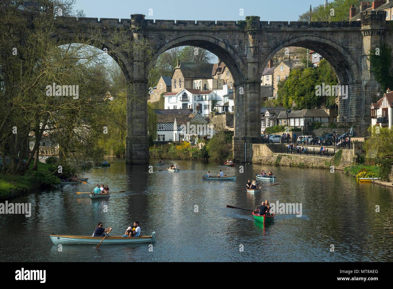 Persone rilassante da riverside & barca a remi sul fiume Nidd sotto il cielo blu - scenic estiva soleggiata vista dal ponte, Knaresborough, Inghilterra, Regno Unito. Immagini Stock
