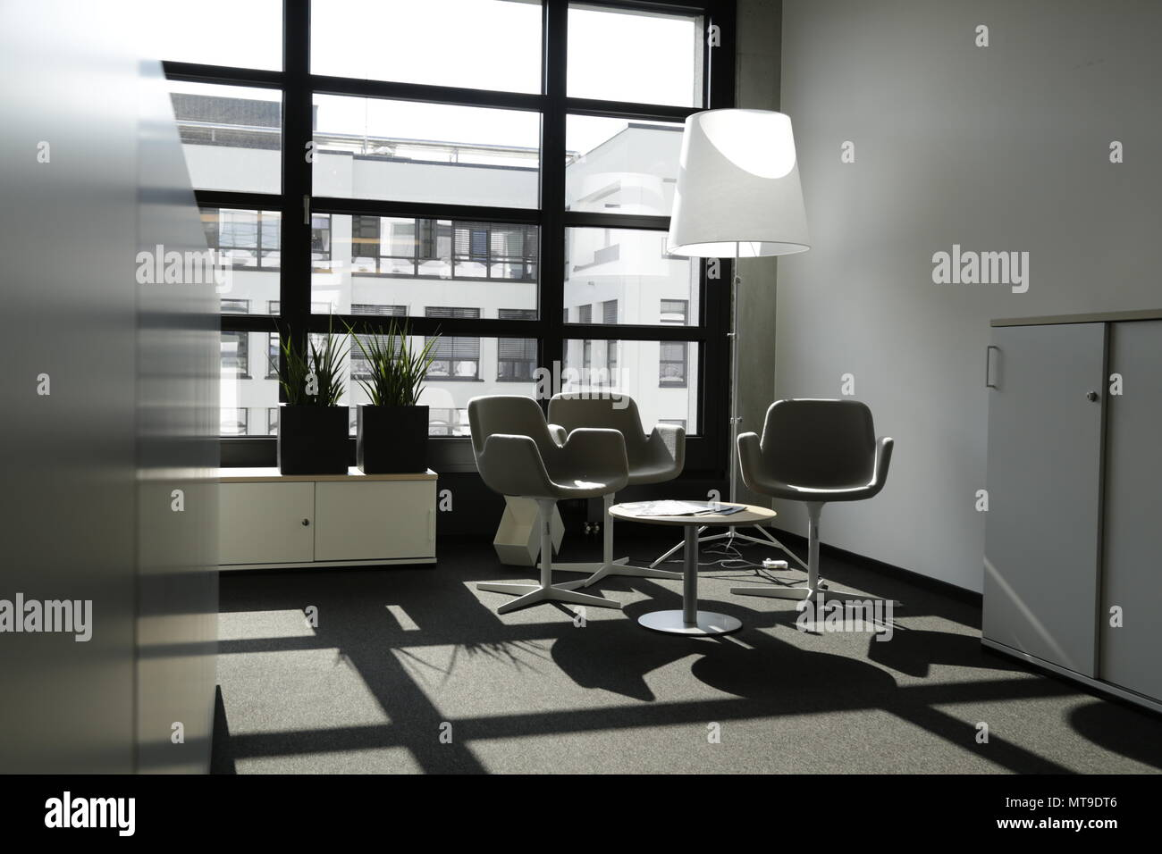 Mobili Di Lusso Moderni : Ufficio moderno con interni eleganti e mobili di lusso grigio e