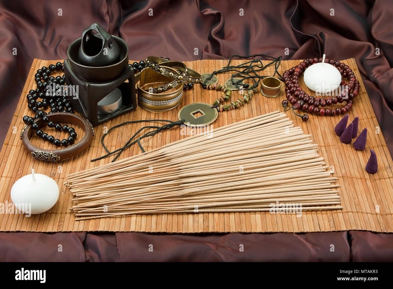 Ancora in vita con spezie, accessori buddista, spezie indiane, gioielli vedica, impostato per il relax Immagini Stock