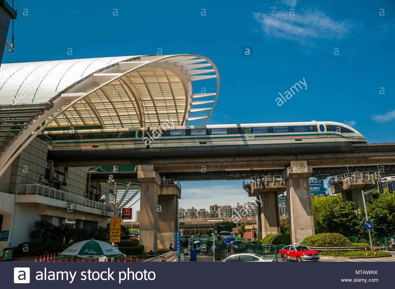 La Shanghai Maglev Train entrando nella sua Longyang Road stazione terminale. Immagini Stock