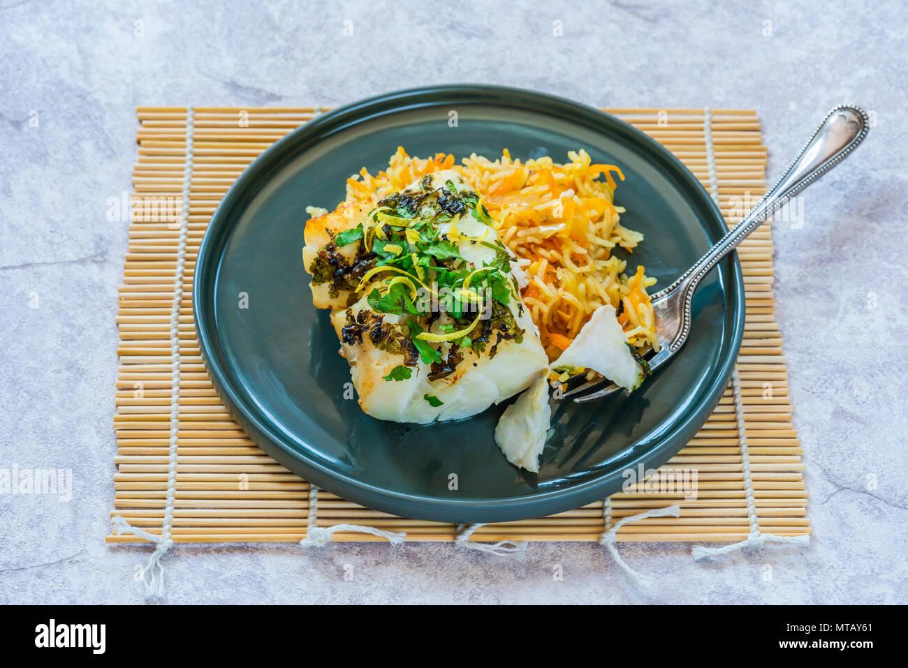 Grigliata di coriandolo e limone cod con la carota pilaf Immagini Stock