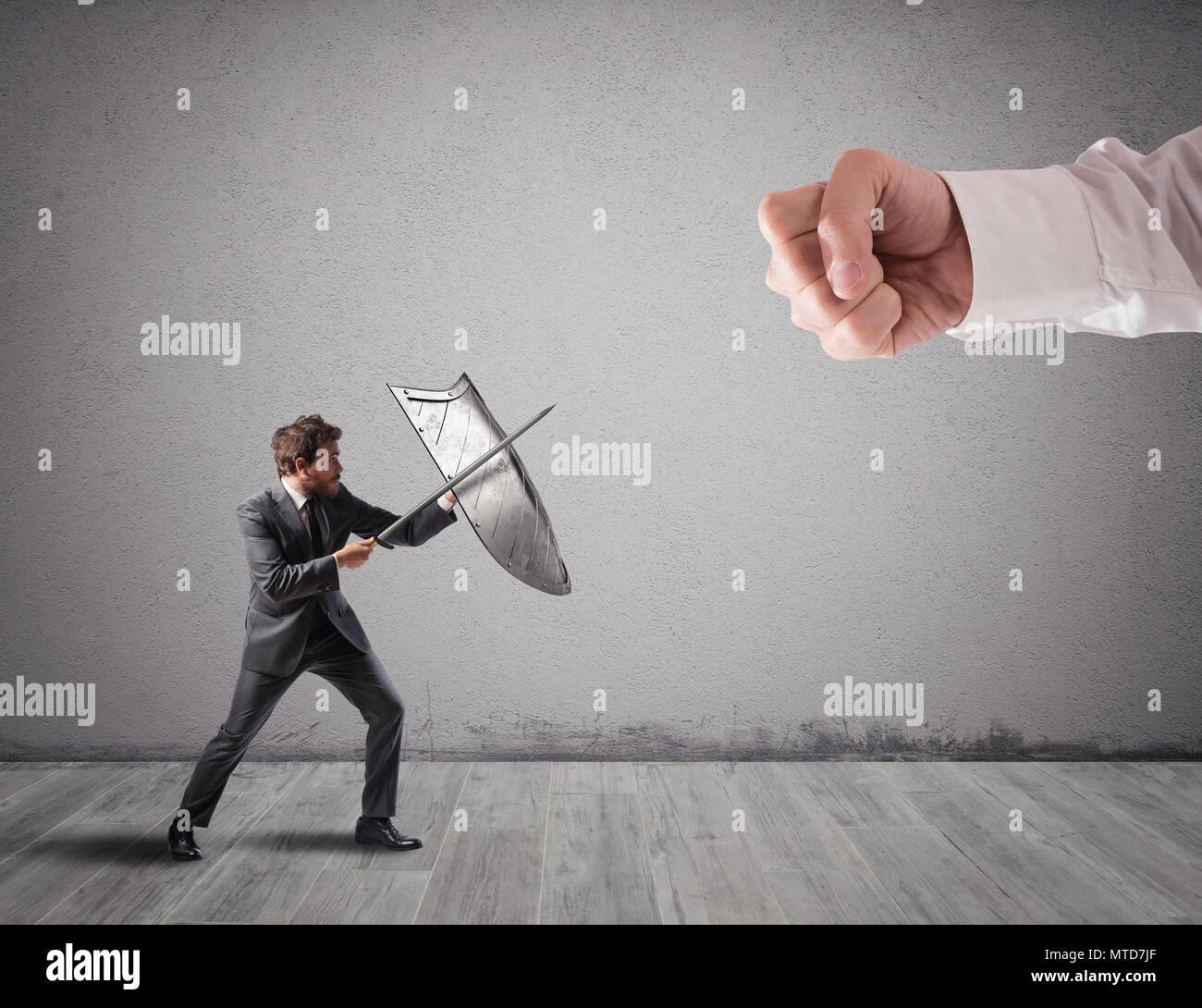 Piccolo uomo d affari sfide grandi problemi combattimenti con scudo e spada Immagini Stock