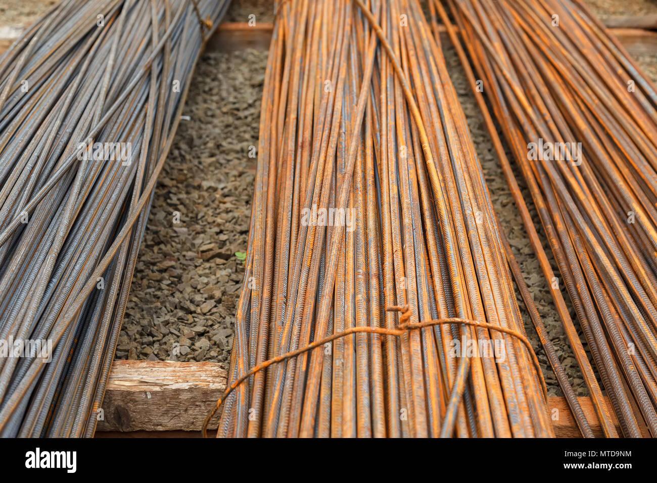 Armatura per calcestruzzo opere di costruzione. L'armatura sono coperti con la formazione di ruggine. Storage esterno Foto Stock