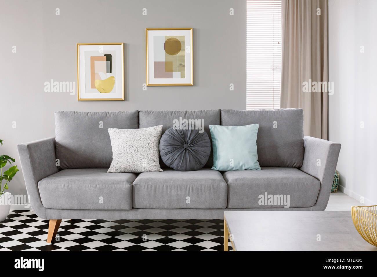 Pavimento Bianco E Grigio : Foto reale di un divano grigio bianco e nero con cuscini in un