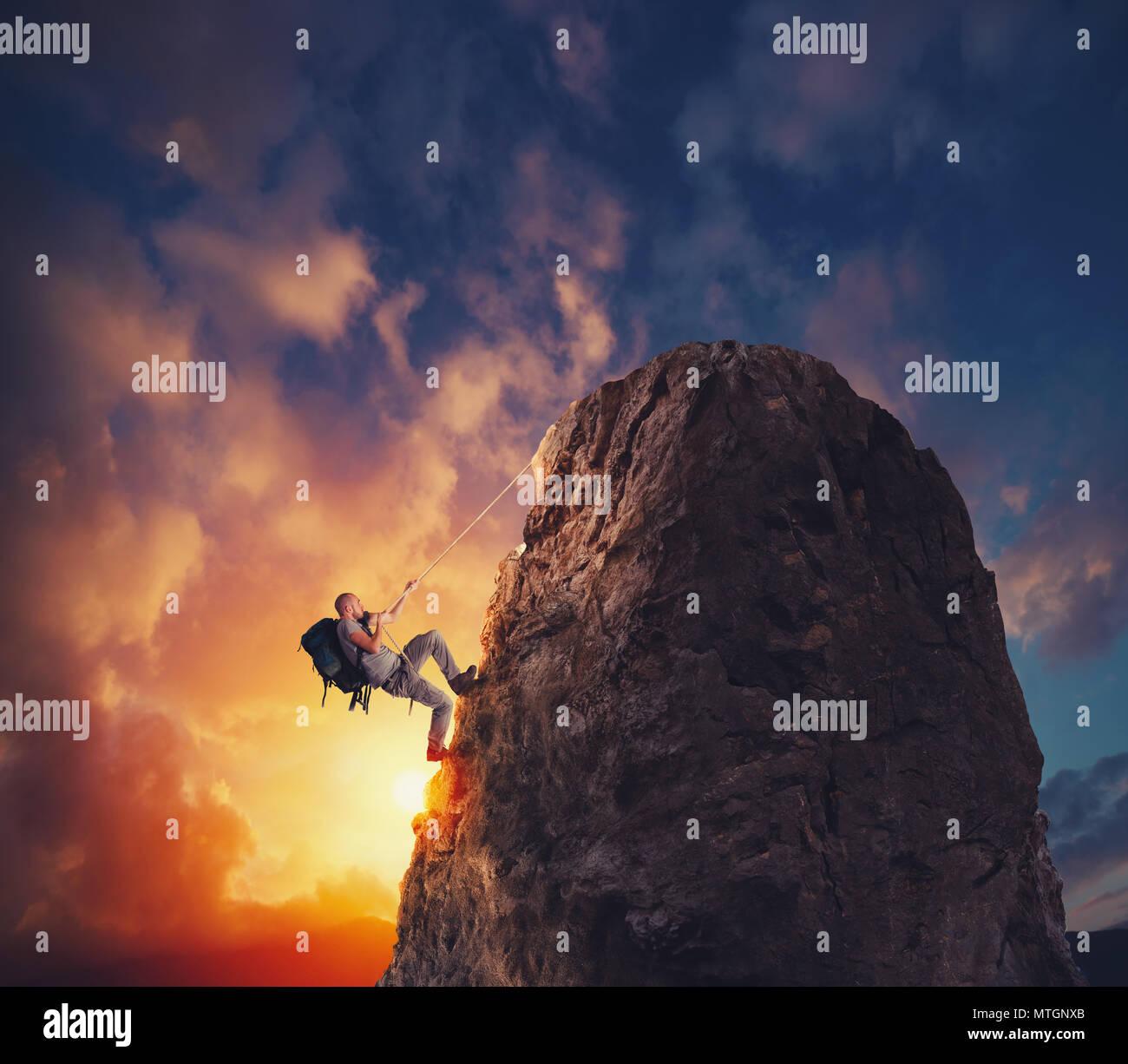 Imprenditore scalare una montagna per ottenere la bandiera. Raggiungimento obiettivo di business e difficile concetto di carriera Immagini Stock
