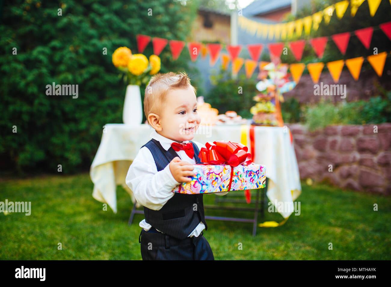 Sorprese Per Un Compleanno sorpresa per il compleanno. il ragazzo è in possesso di una