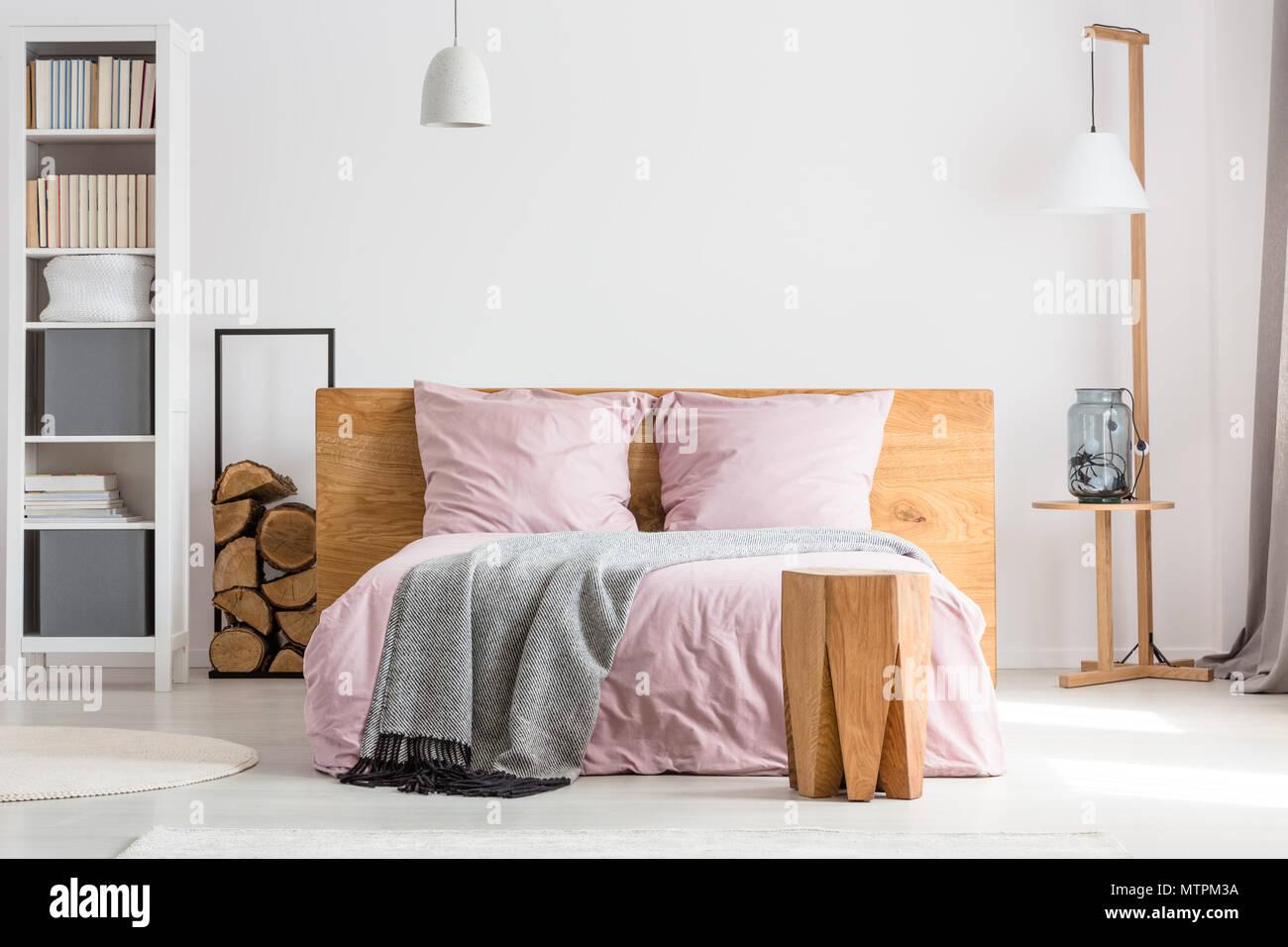 Pareti Rosa Camera Da Letto : Decor in legno camera da letto spaziosa con una lettiera rosa e