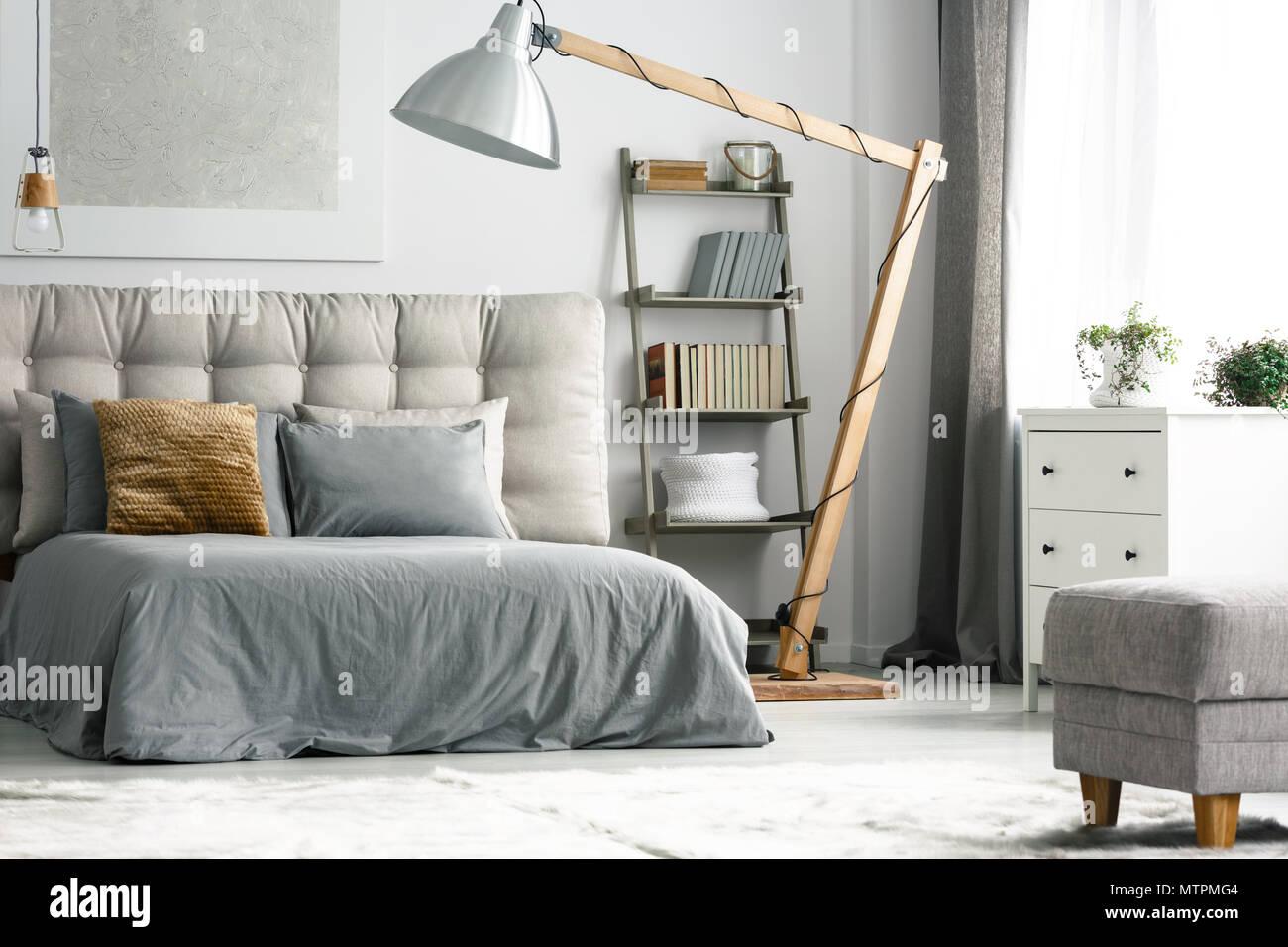 Decor in legno in accogliente camera da letto grigio con ...