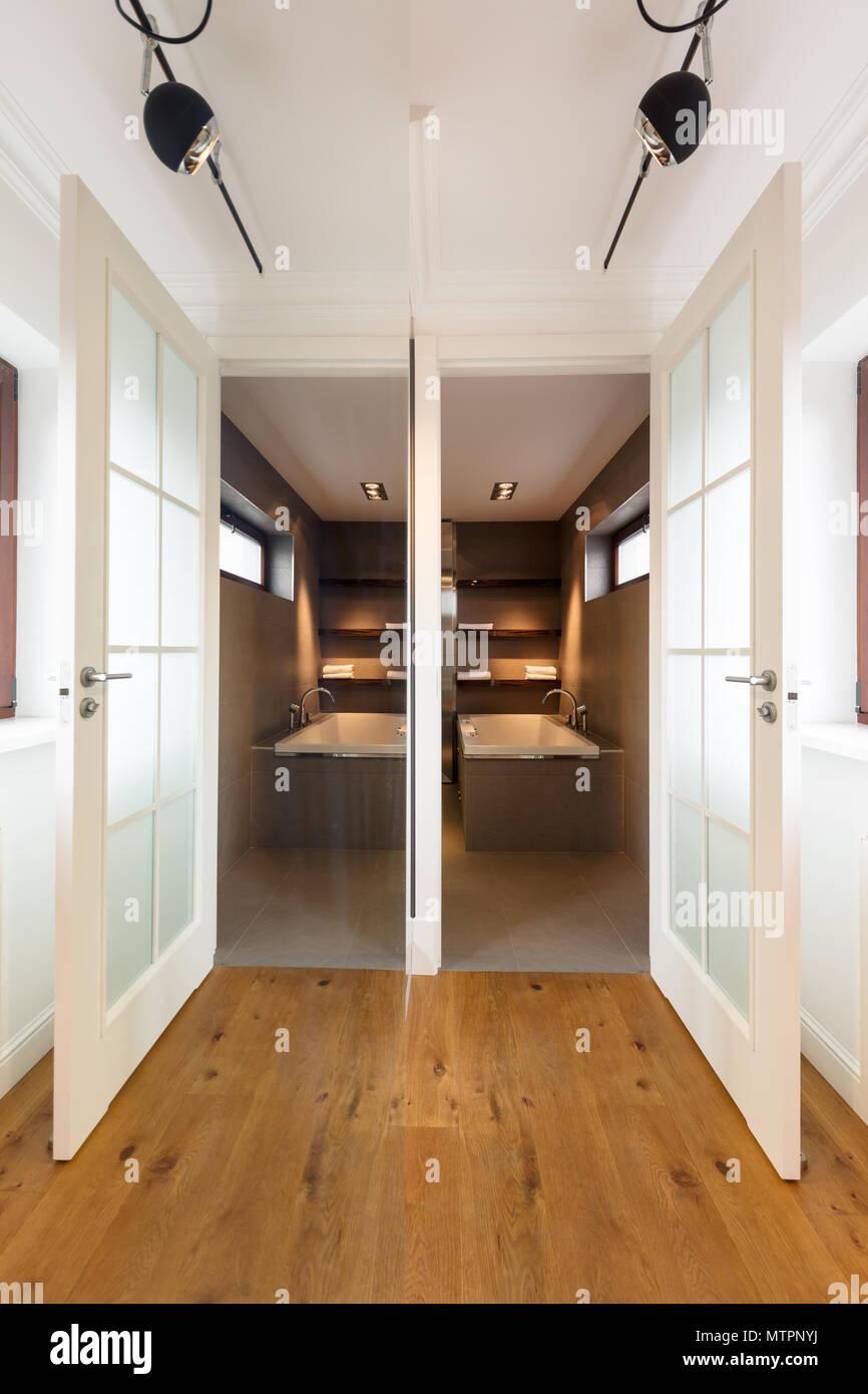 Elegante Corridoio Di Casa Con Pavimenti In Legno Pareti Di Colore