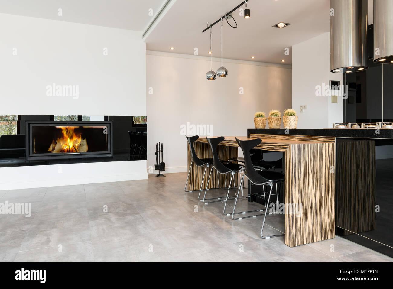 Caminetti In Cucina Moderna : Moderno nero cucina aperto e spazioso salone con caminetto foto