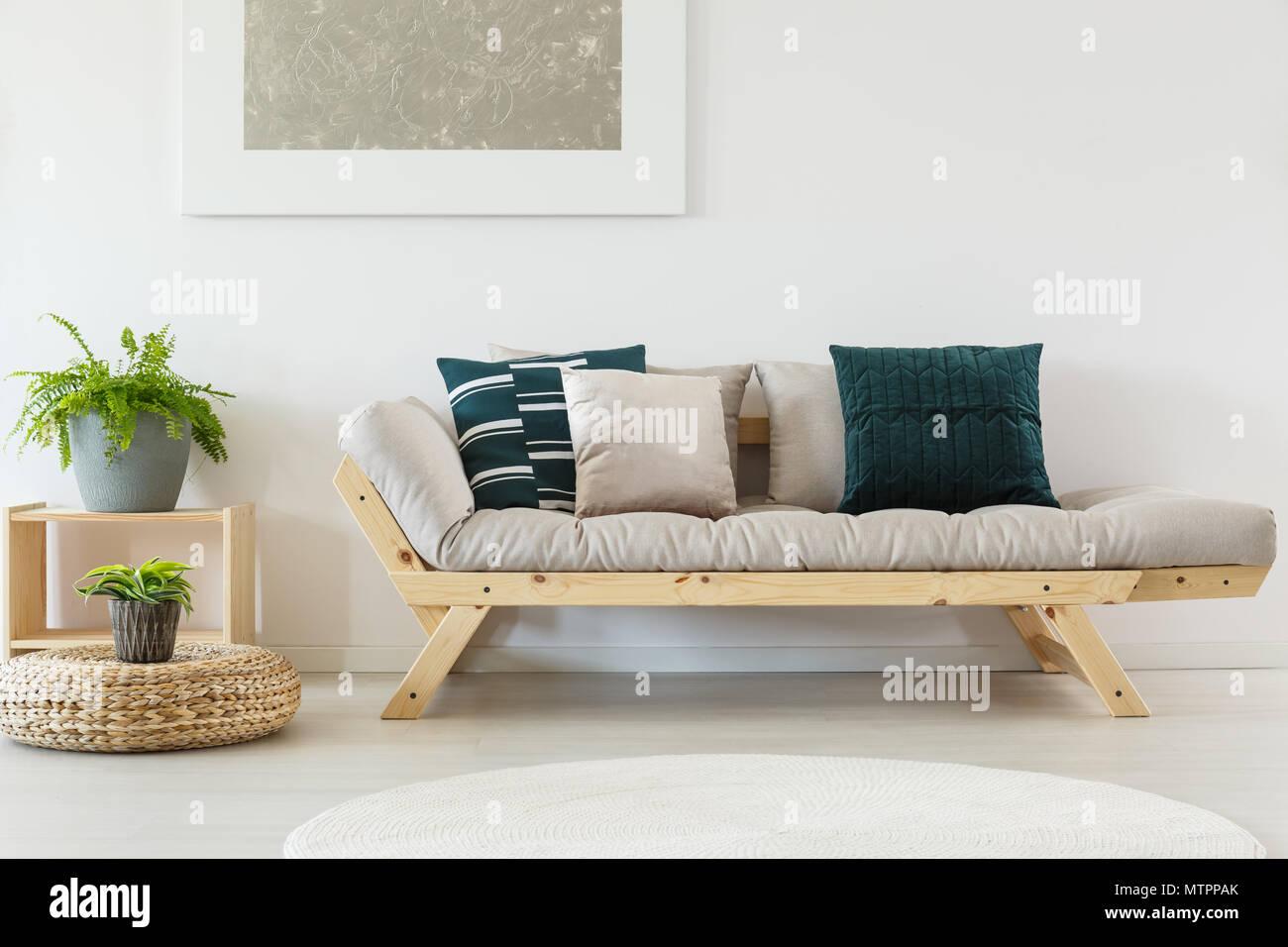 Cuscini Beige Per Divano elegante divano beige con blu navy cuscini e telaio in legno