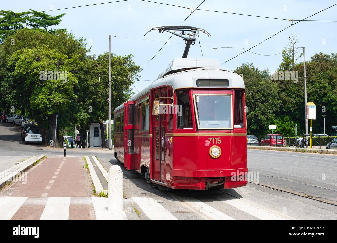 Vintage vecchio tram elettrico alla fermata stazione, ambiente pulito città dei mezzi di trasporto Immagini Stock
