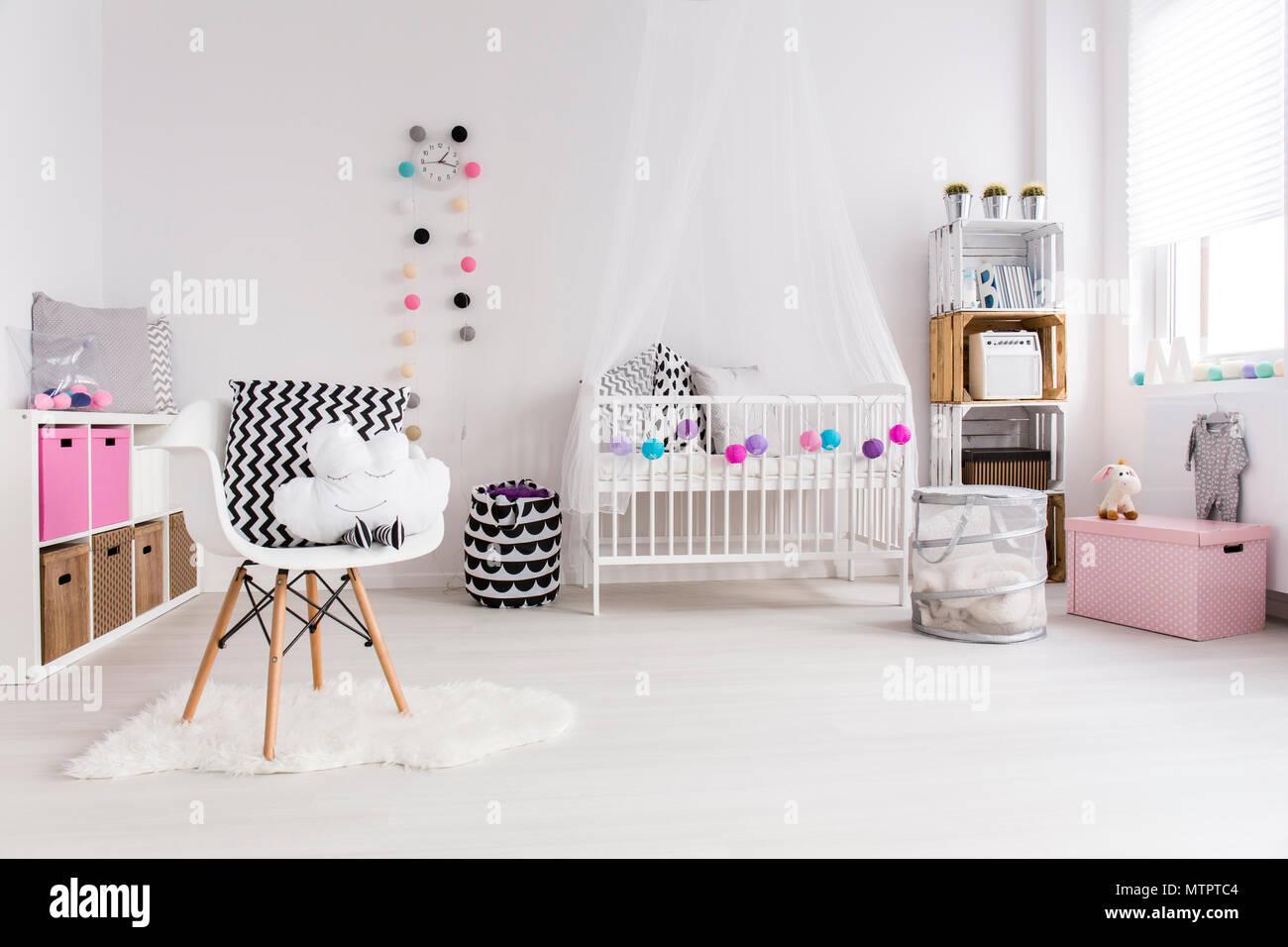 Camera da letto bianca progettato per la piccola bambina. Mediante ...