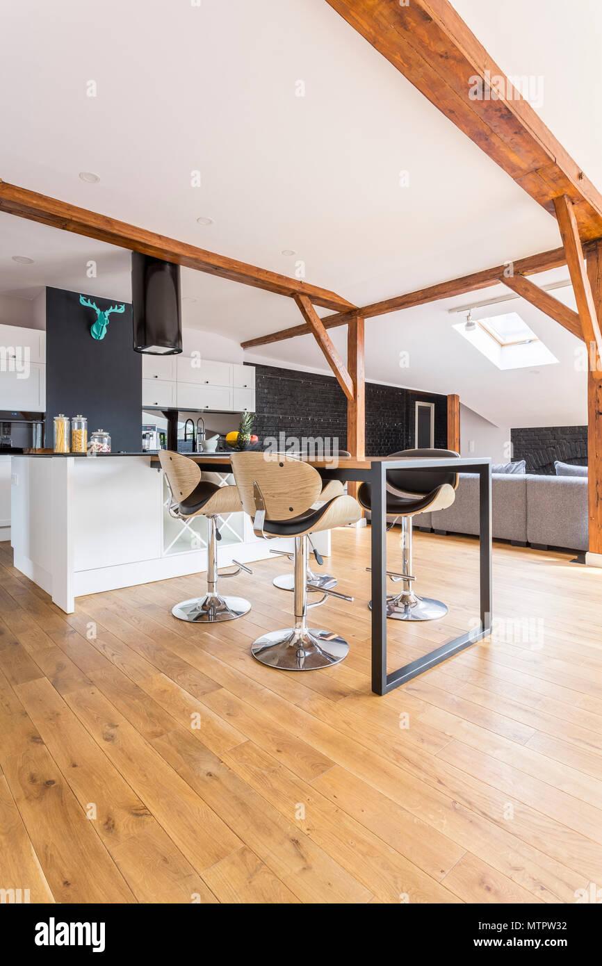 Moderno bianco e nero cucina con decor di colore blu sulla parete ed ...
