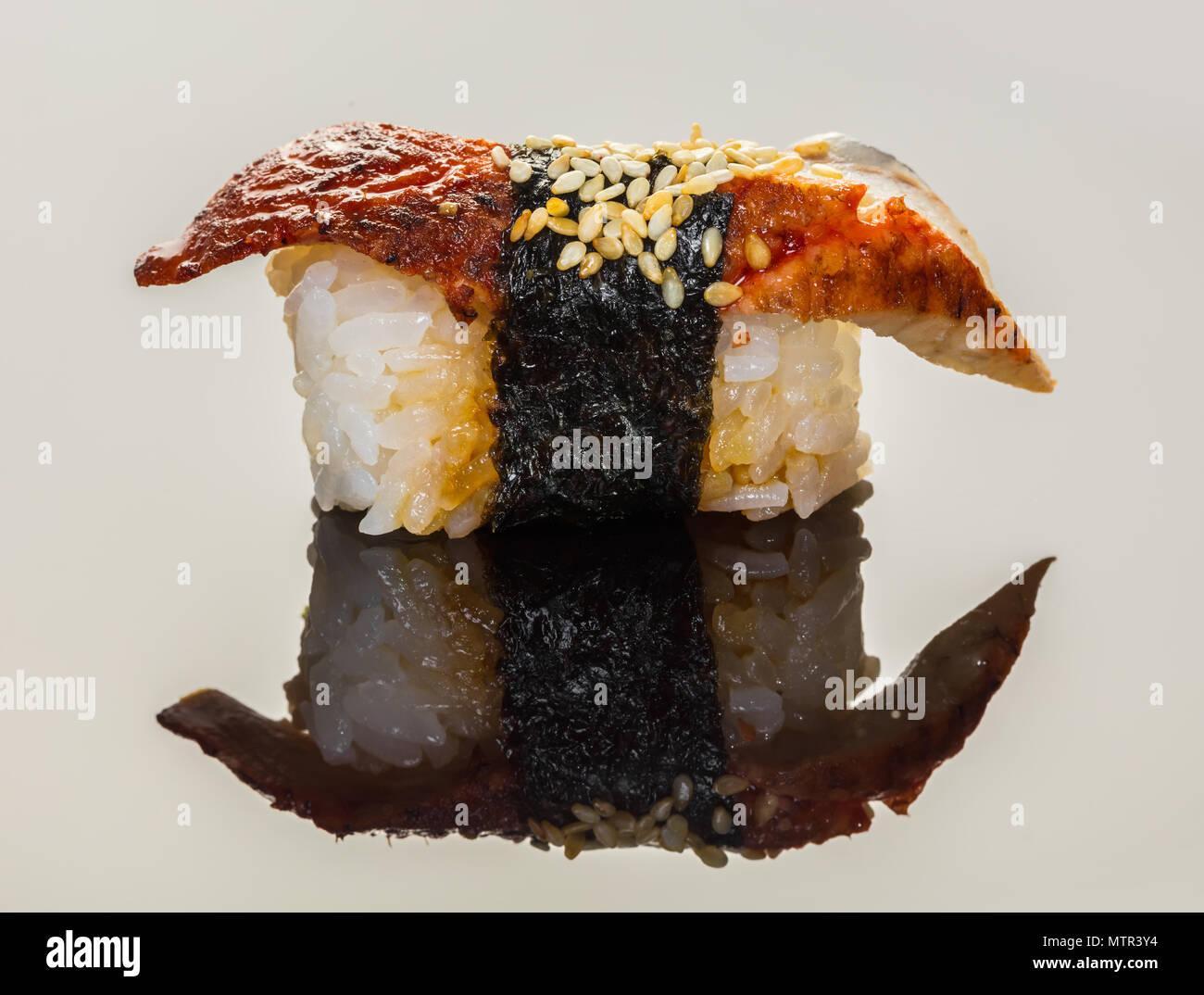 Il cibo giapponese e sushi con anguilla su sfondo nero