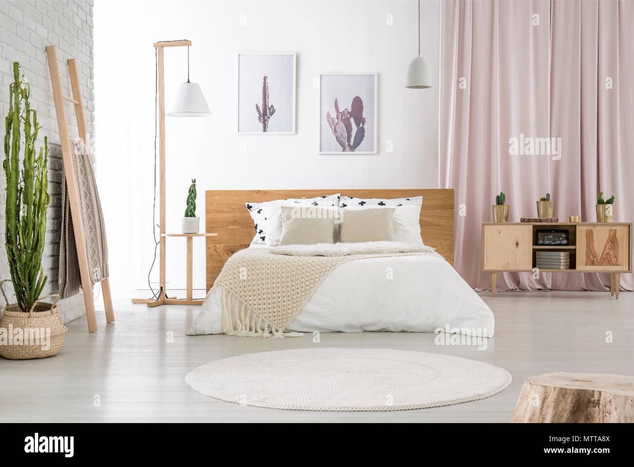Parete Camera Da Letto Rosa : Due semplici poster appeso alla parete bianca in camera da letto