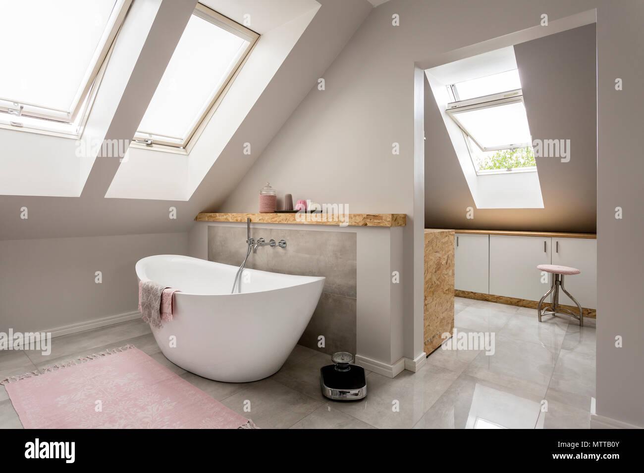 Vasca Da Bagno Grande : Luce spaziosa mansarda bagno con grande vasca da bagno foto