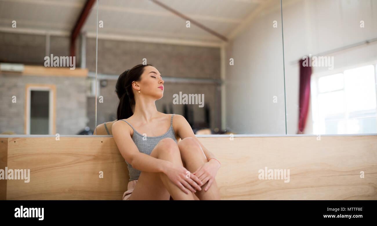 Ballerino femmina dormire in studio di danza Immagini Stock