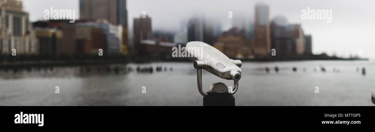 Mirino si affaccia su Lower Manhattan coperta di nebbia Immagini Stock