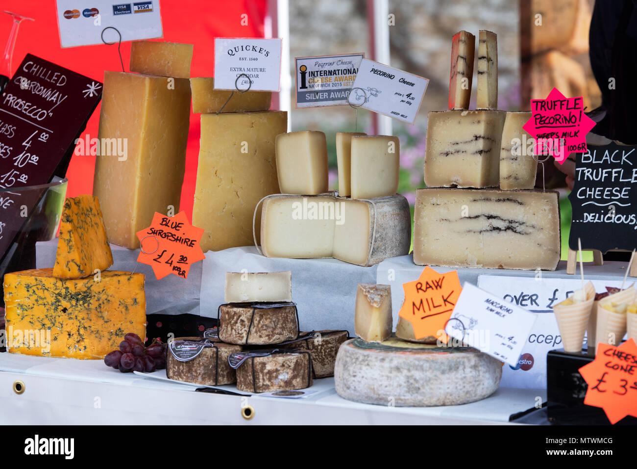 Specialità e formaggio artigianale stallo a un festival di cibo. Oxfordshire, Inghilterra Immagini Stock