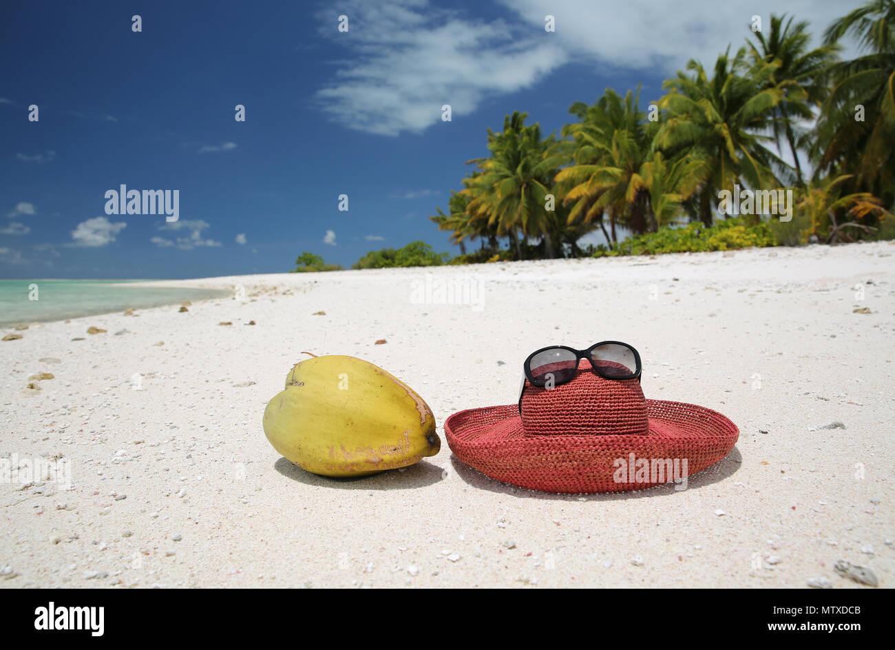 Estate hat e noce di cocco sulla spiaggia sabbiosa tropicale 01eecbbe2ae5