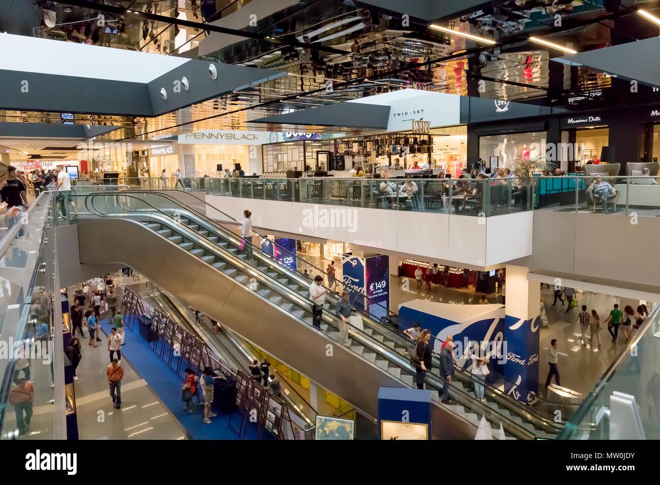 Roma italia 25 maggio 2018 persone andare a fare shopping all 39 interno del 39 porta di roma - Ikea roma porta di roma roma ...
