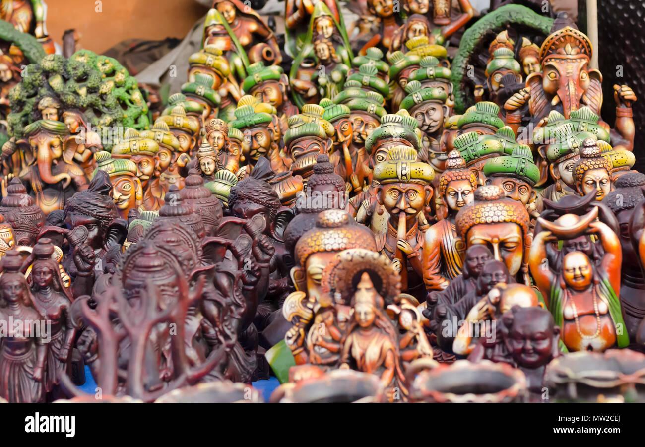 Statuine di terracotta di Buddha e Ganesha e un assortimento di altri figurine sul display a Shilparamam arti e mestieri village, Hyderabad, India. Immagini Stock