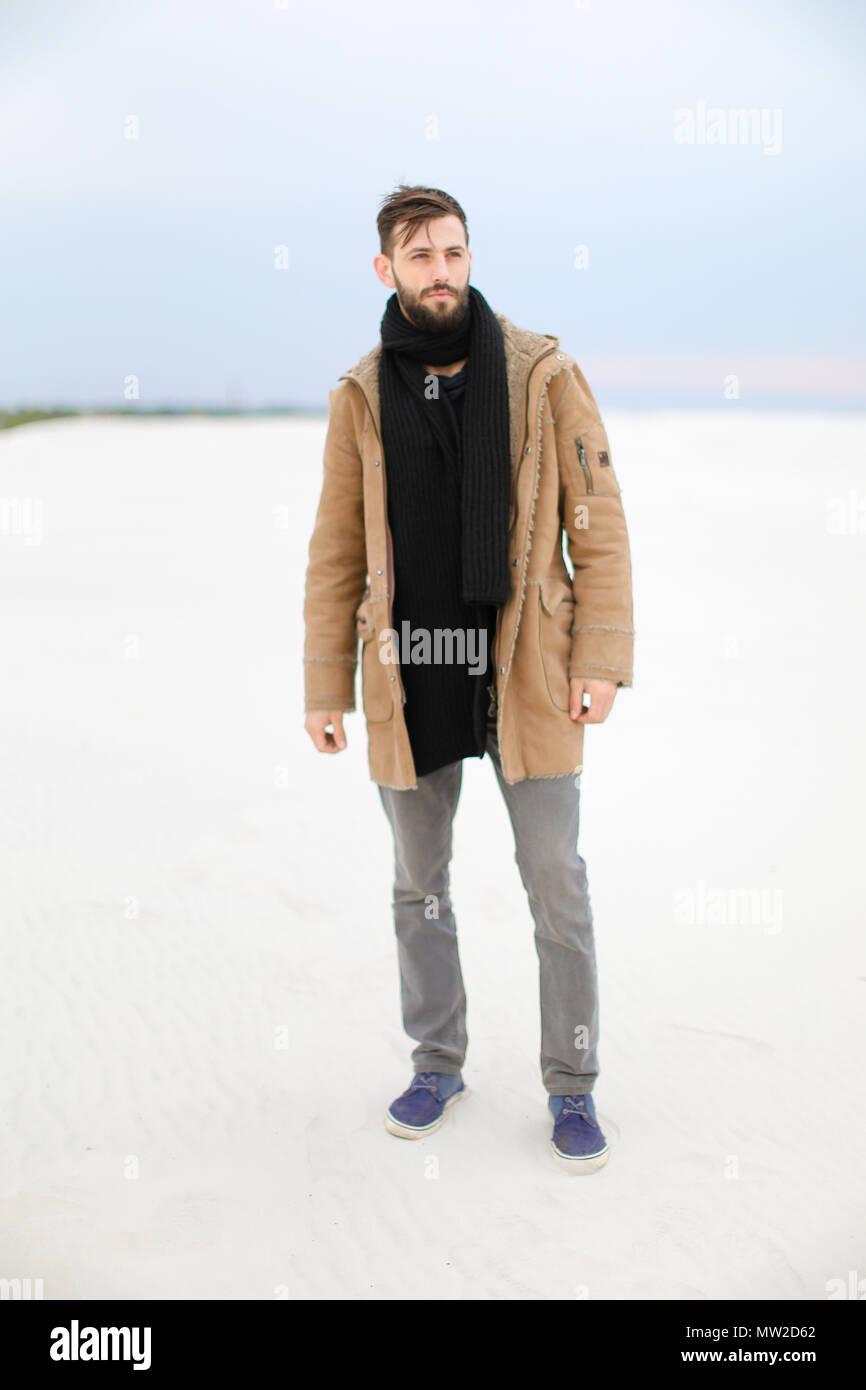 sito affidabile 443a9 7ae68 Uomo bello indossare cappotto e sciarpa in piedi nel bianco ...