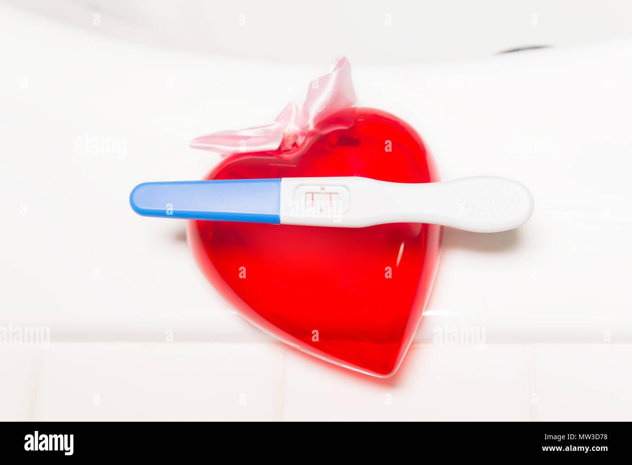 Vasca Da Bagno Gravidanza : Positivo al test di gravidanza e di cuore sulla vasca da bagno foto