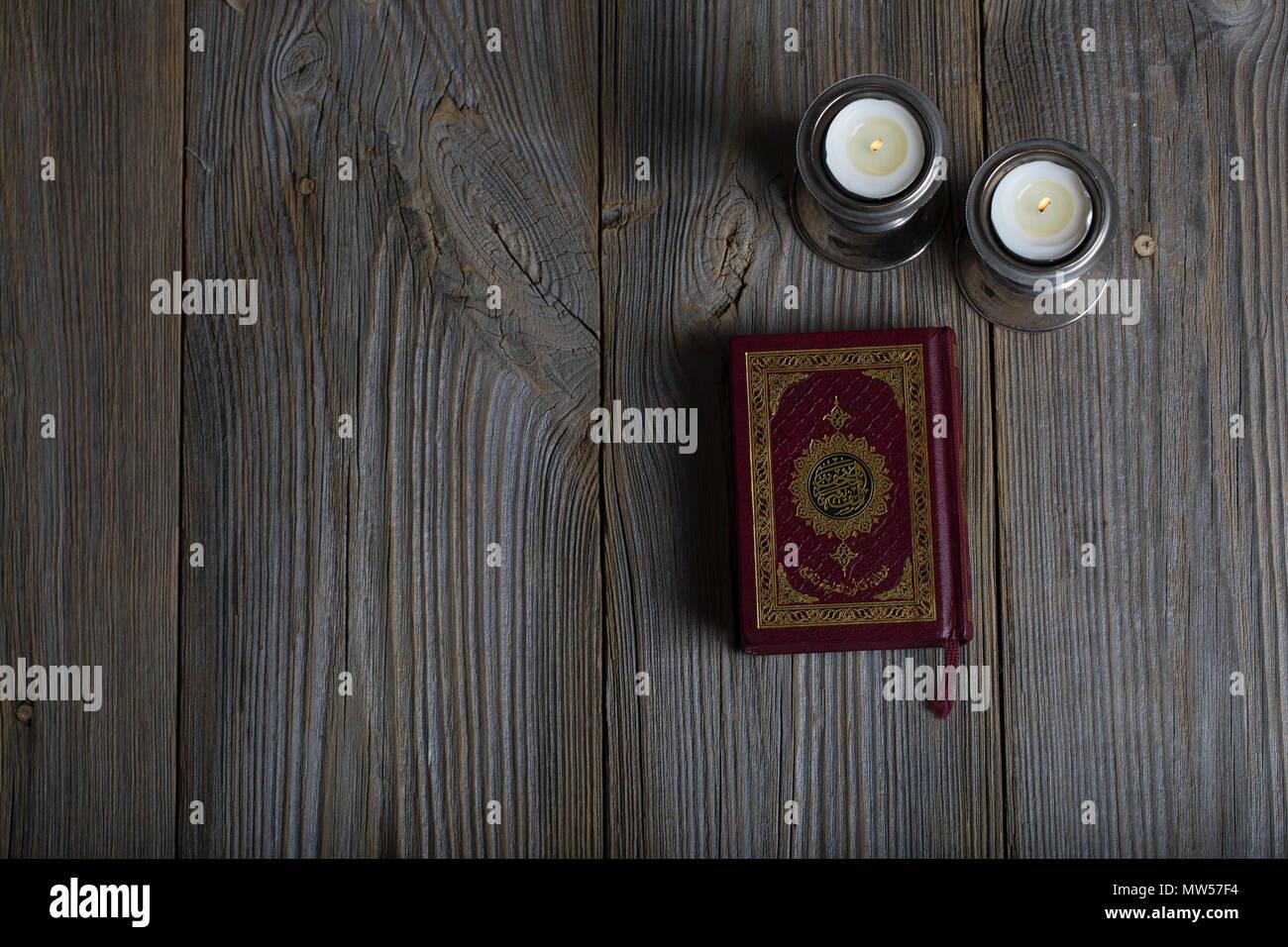 La Credenza Traduzione In Inglese : Corano e candele su una superficie di legno traduzione in inglese