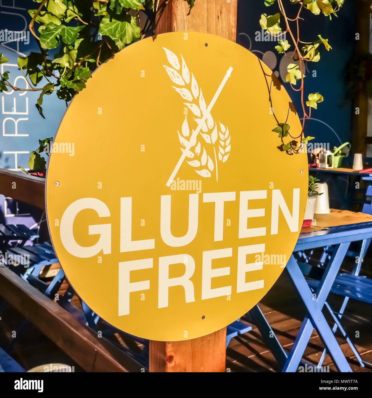 Logo senza glutine, simbolo, segno in un tipico ristorante all'aperto. Dieta celiaca. Primo piano Foto Stock