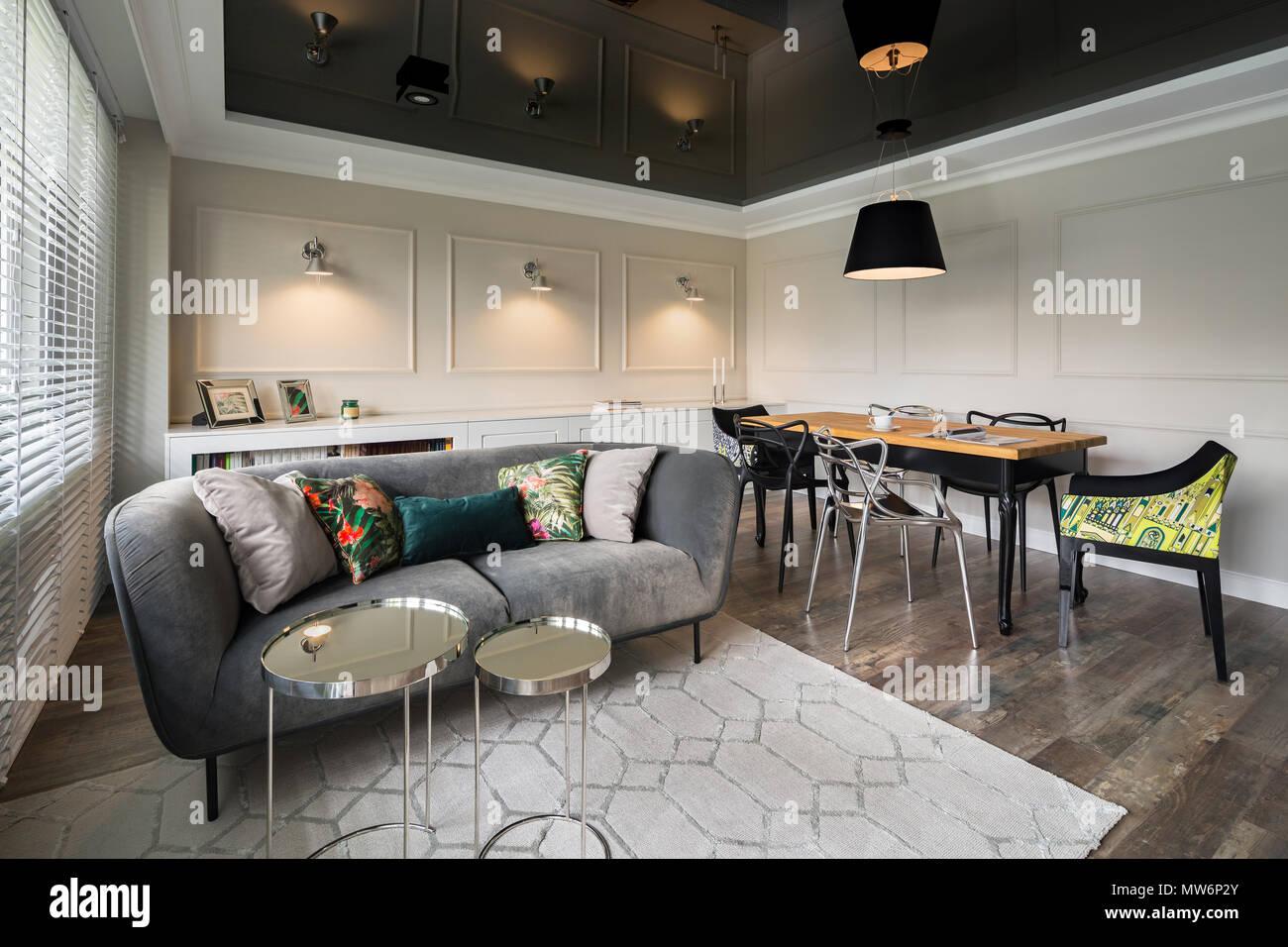 Pareti Beige E Grigio : Soggiorno con divano grigio pareti beige e nero soffitto stretch