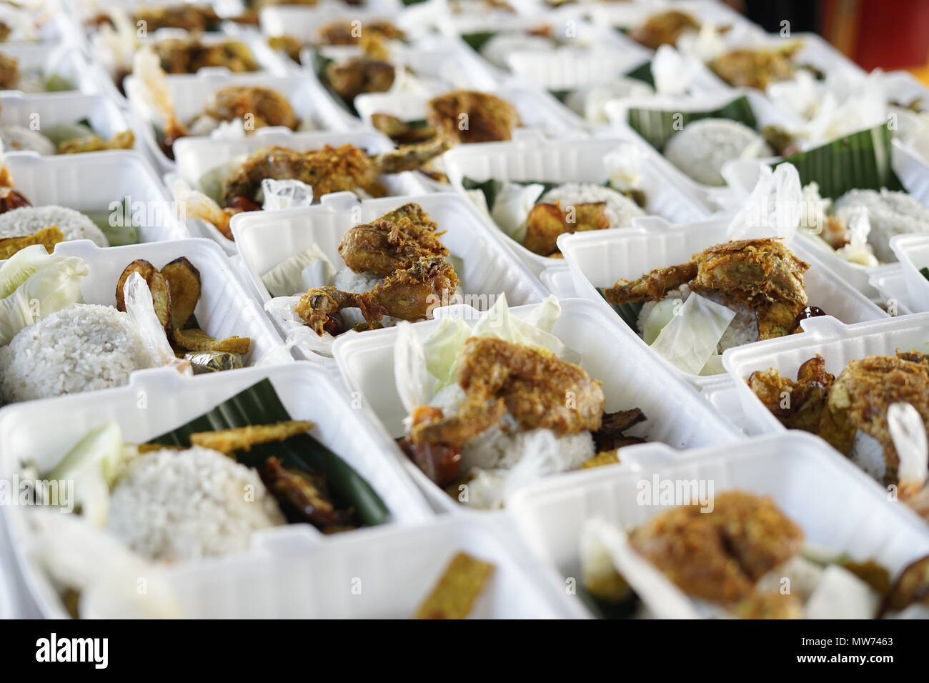 Venditore a vendere Croccante di pollo fritto durante il mese di digiuno a street market food a Banda Aceh, Indonesia Immagini Stock