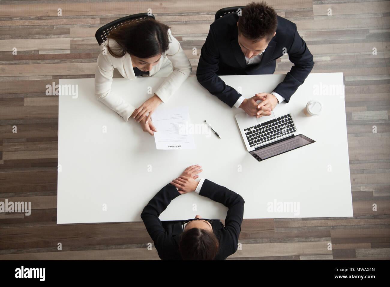 I manager delle risorse umane di colloquio di lavoro femminile ricorrente, vista dall'alto da abo Immagini Stock
