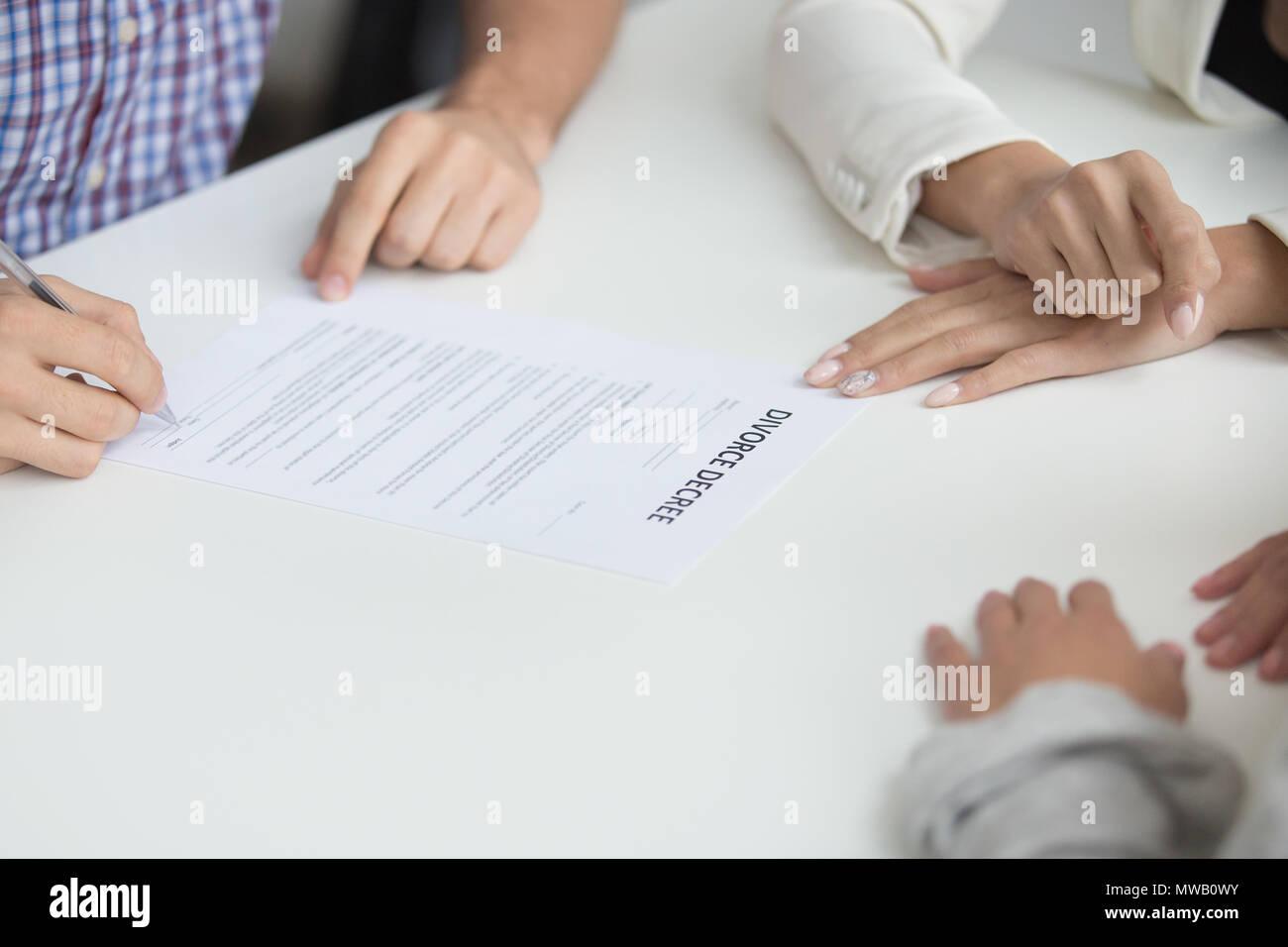Il marito di firma il decreto di divorzio dando il permesso al matrimonio dis Immagini Stock