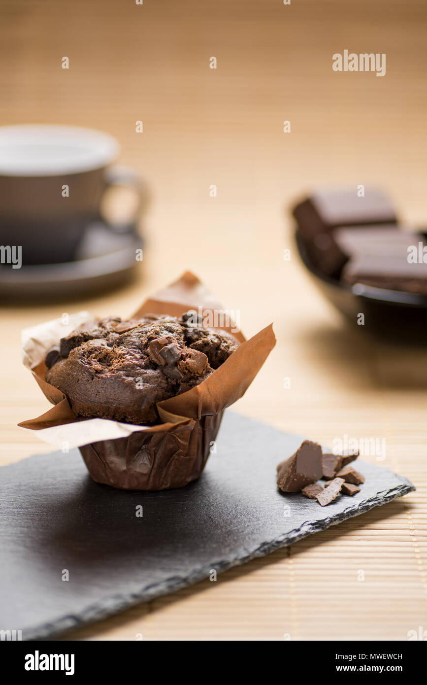 La prima colazione con muffin al cioccolato Immagini Stock