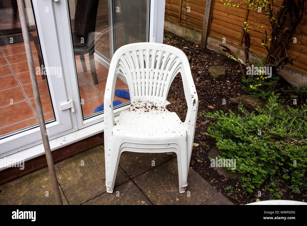 Restauro Mobili Da Giardino : Giardino sporco sedie di plastica pronto per la pulizia home le