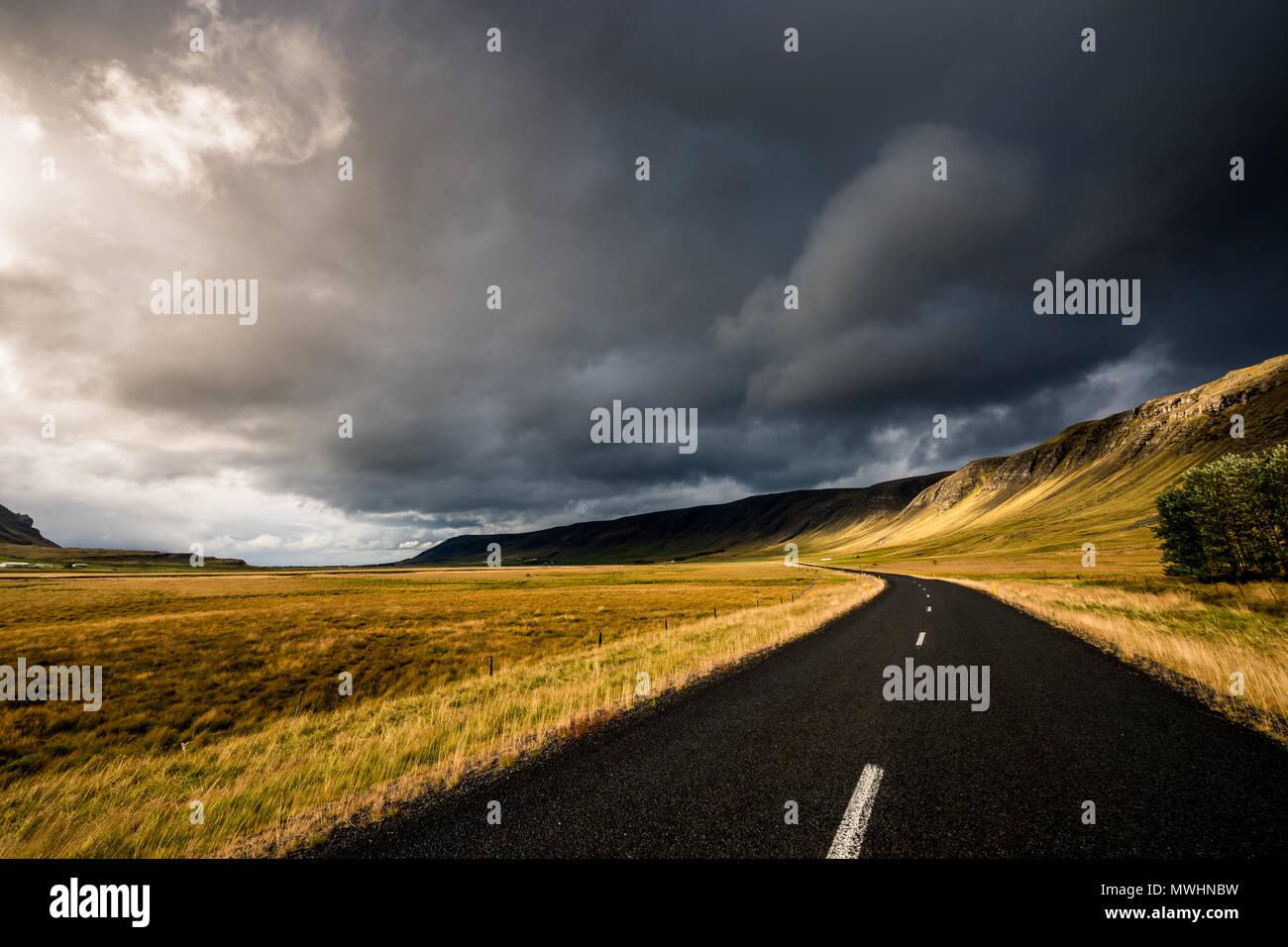 Una strada all'interno dell'Islanda nel tardo pomeriggio Immagini Stock