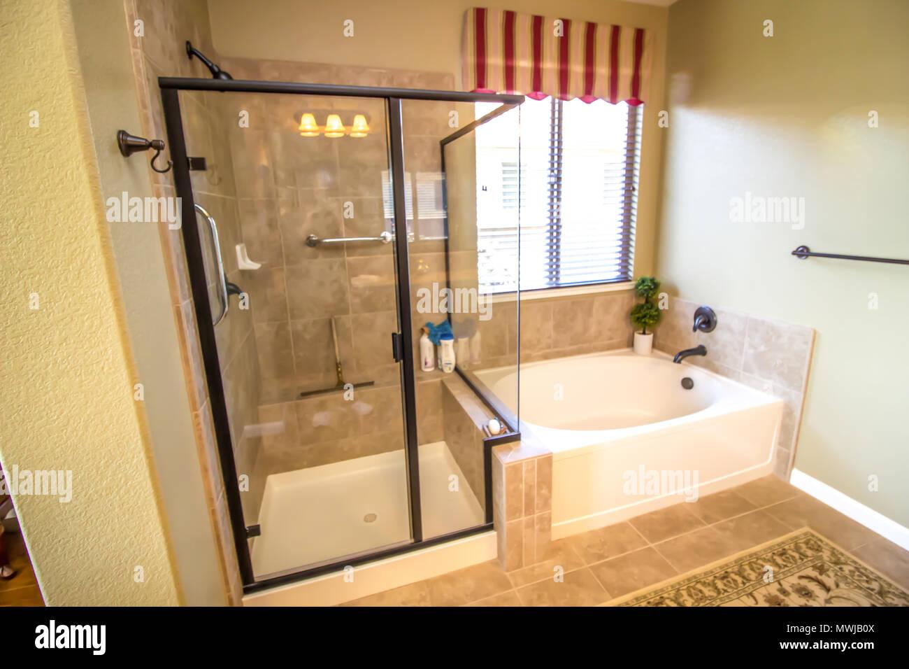 Bagno moderno con doccia in vetro e vasca foto immagine for Bagno moderno doccia