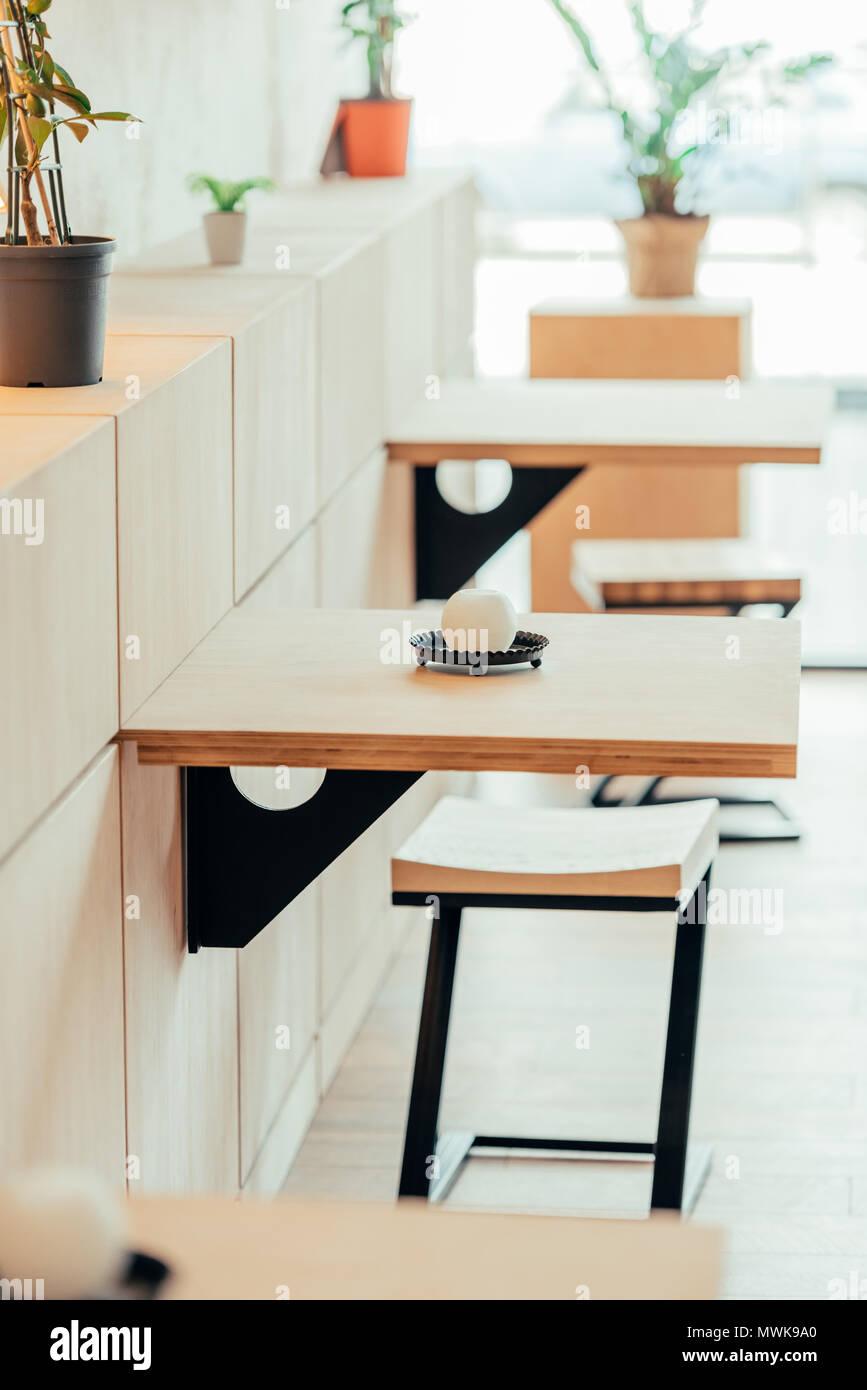 Gli elementi interni del moderno cafe con piccoli tavoli ...