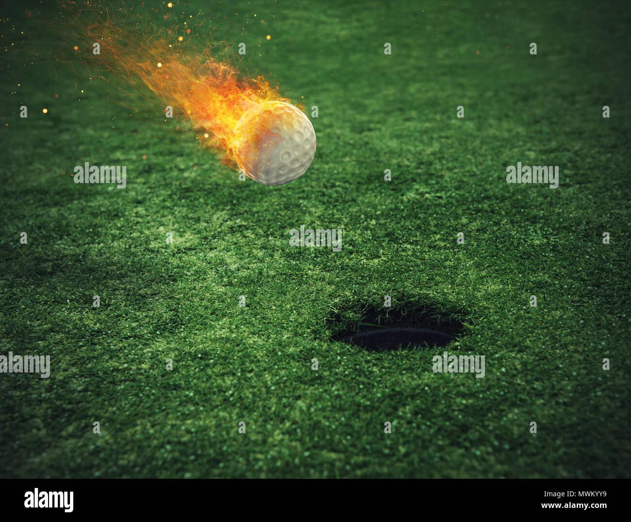 Fiery pallina da golf vicino al foro in un campo di erba Immagini Stock