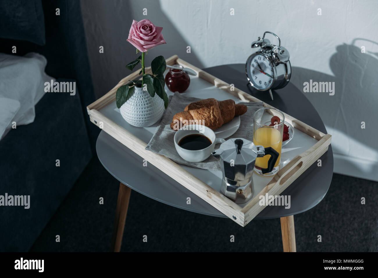 Tavoli Per Colazione A Letto : Il vassoio con la colazione sul tavolo vicino al letto in camera da