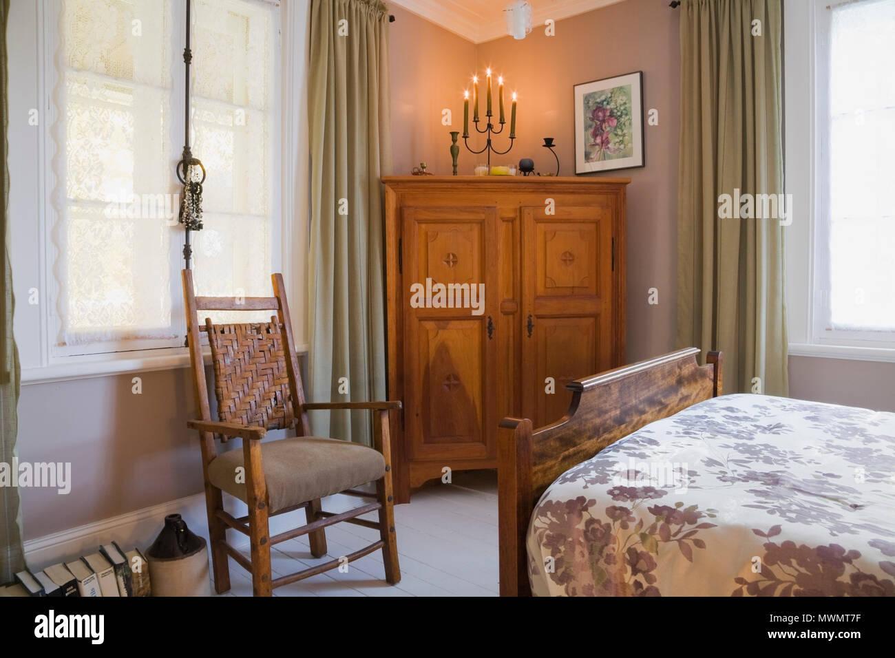 Vista parziale di letto matrimoniale e di antiquariato in legno ...