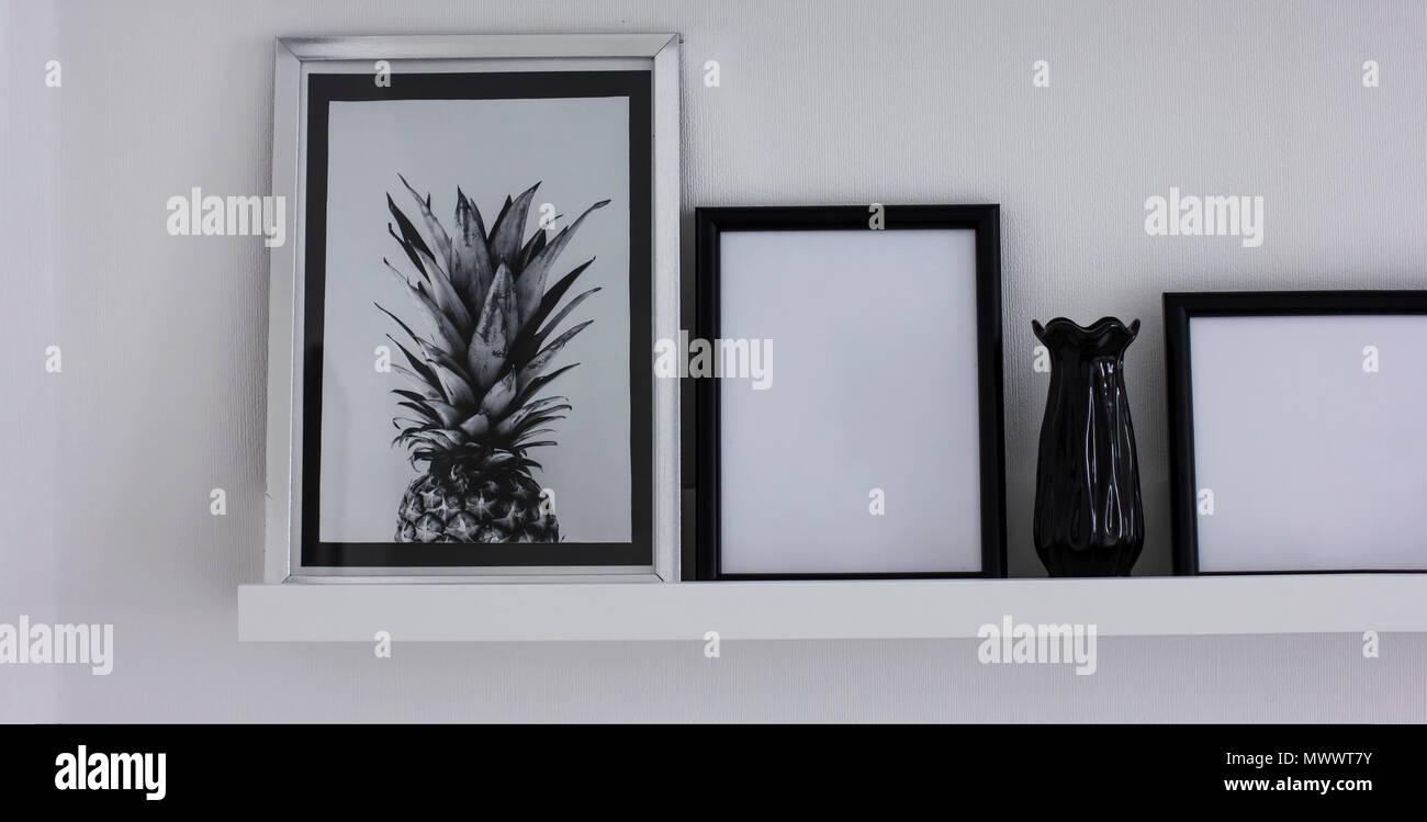 Poster con ananas e pulire i frame sulla mensola arredamento