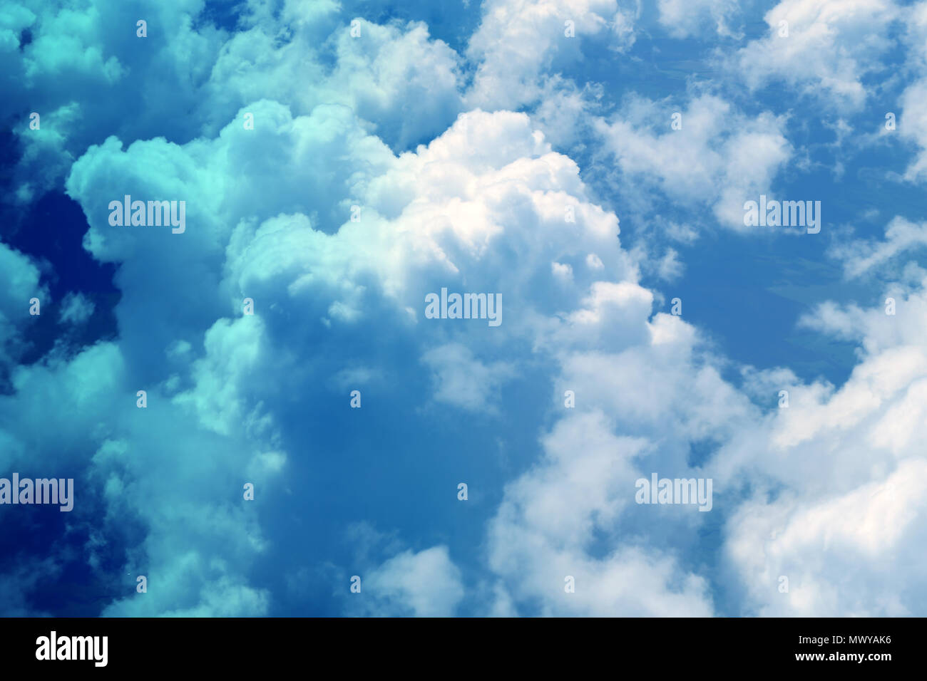 Foto Di Sfondo Bianco Brillante Grandi Nuvole Sul Cielo Blu Foto