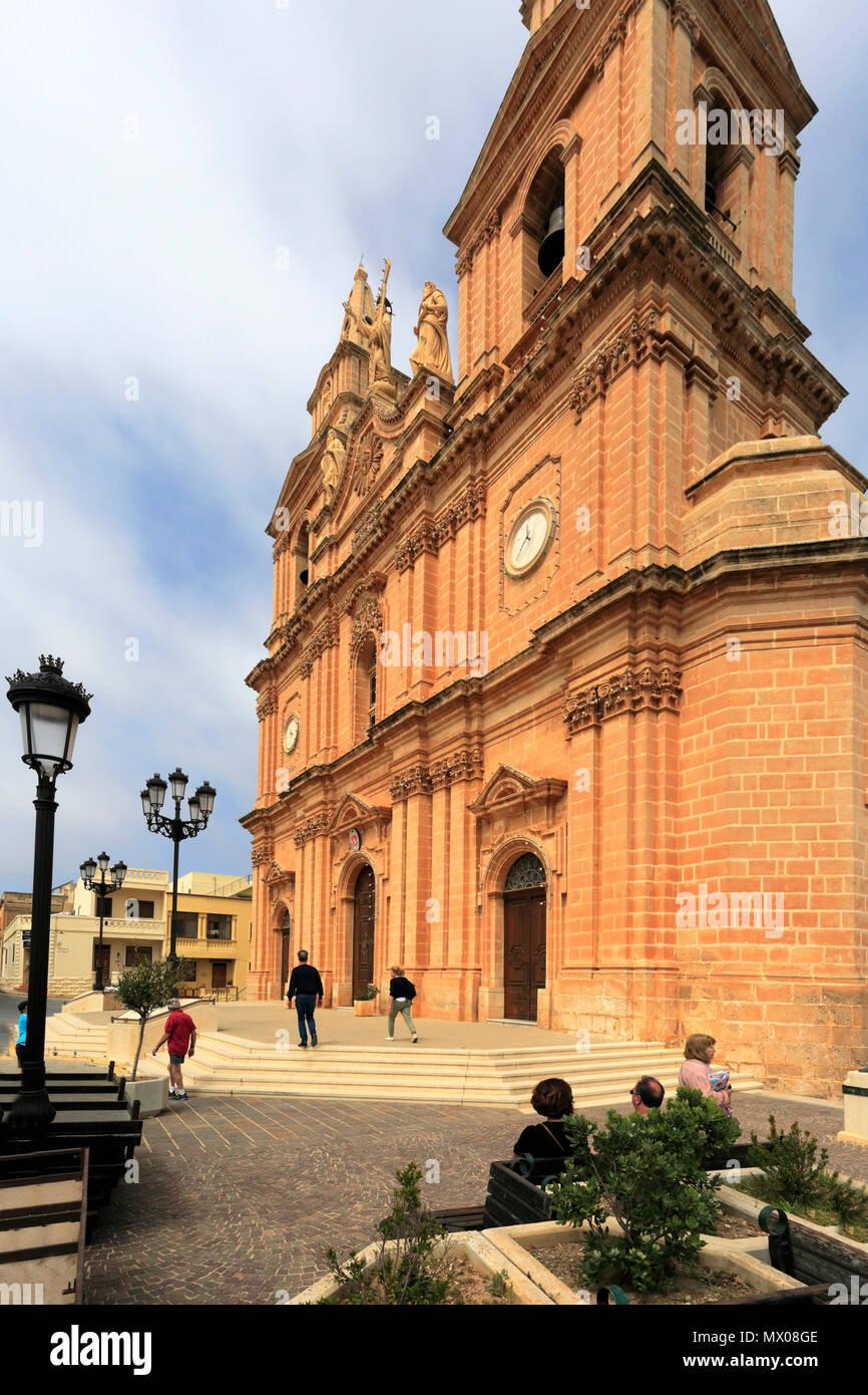 Vista estiva della chiesa parrocchiale della città di Mellieha, Malta. Foto Stock