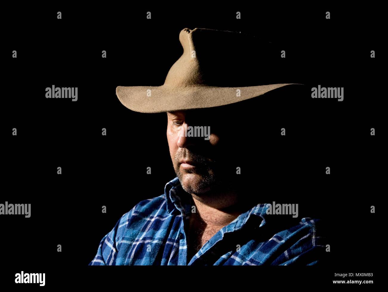 Un uomo che guarda in basso con abbattuto gli occhi. Immagini Stock