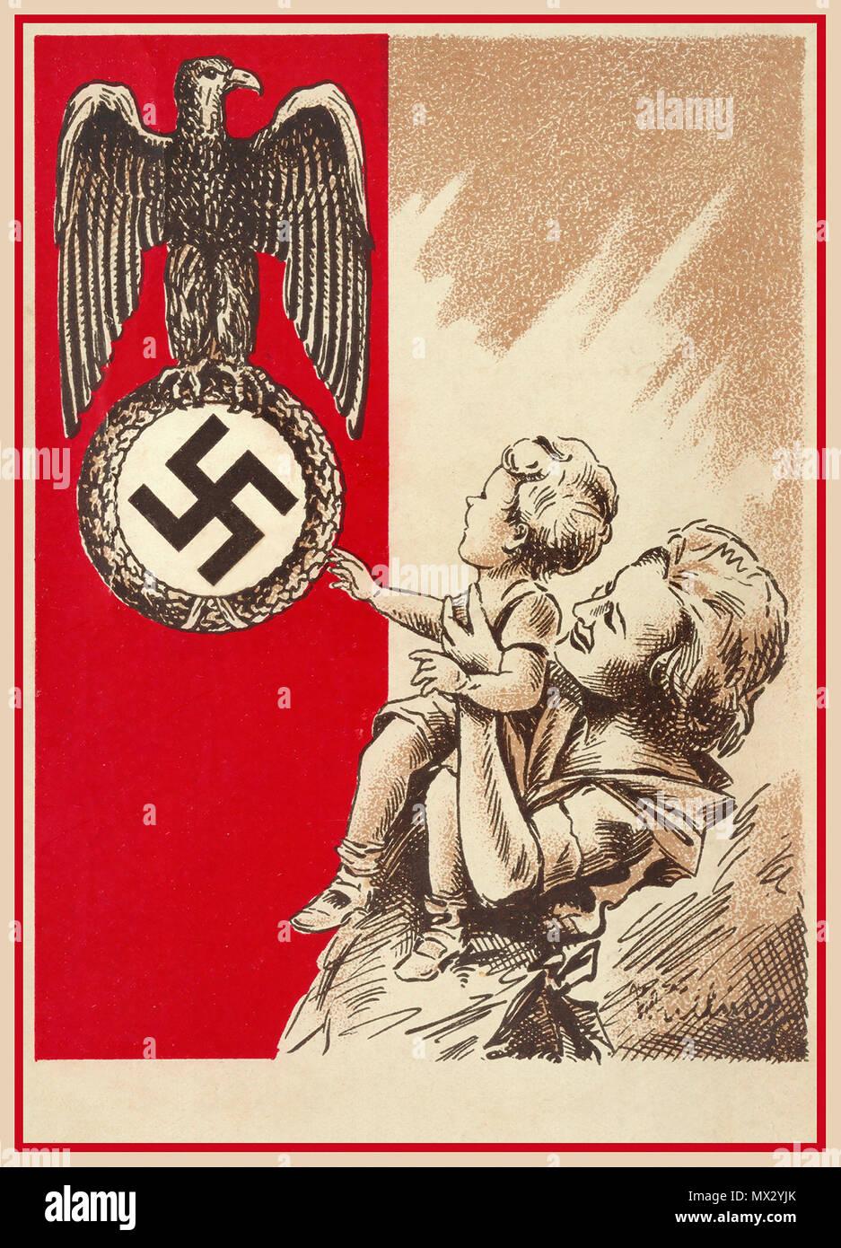 1939 cartolina di Propaganda la Germania nazista che mostra una madre e un bambino con la Patria nazista di Aquila e svastica come un custode nazionale simbolo per essere venerata rispettato e ammirato... Immagini Stock